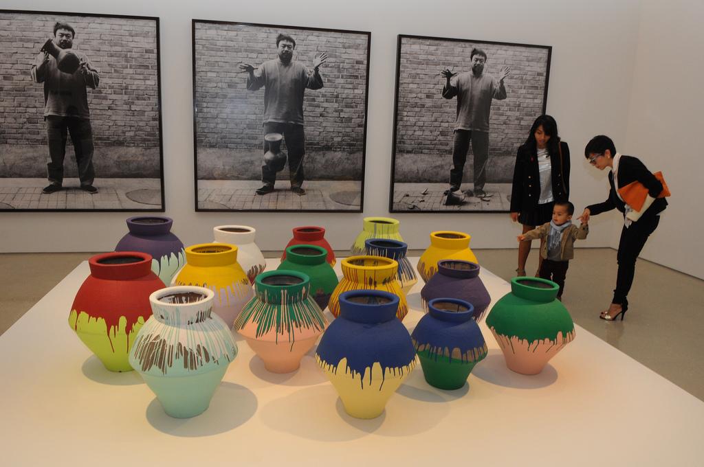 Máximo Caminero protesta destruyendo un jarrón de Ai Weiwei de $1M