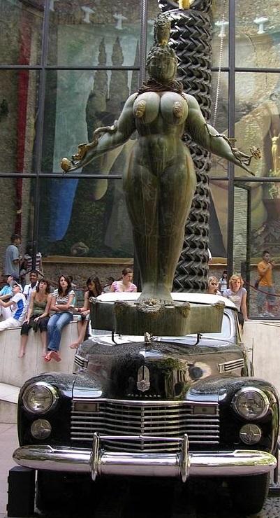 Reina Esther de Fuchs en el Museo Dalí de Figueres.