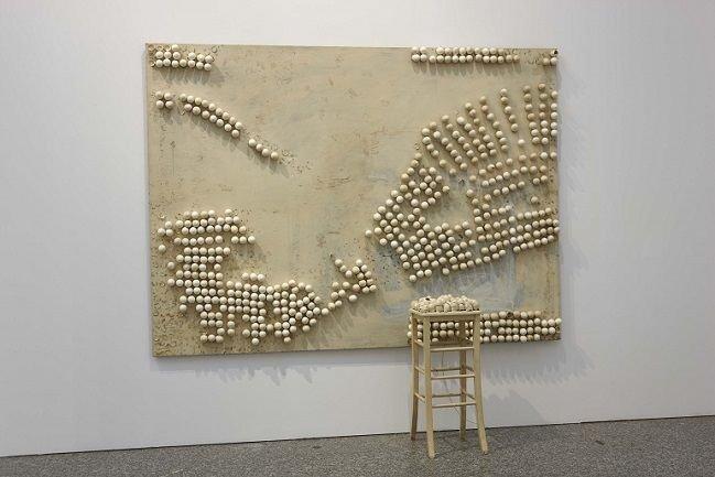 Marcel Broodthaers.Panel with Eggs and Stool, 1966. Instalación. Colección Museo Nacional Centro de Arte Reina Sofía, Madrid.