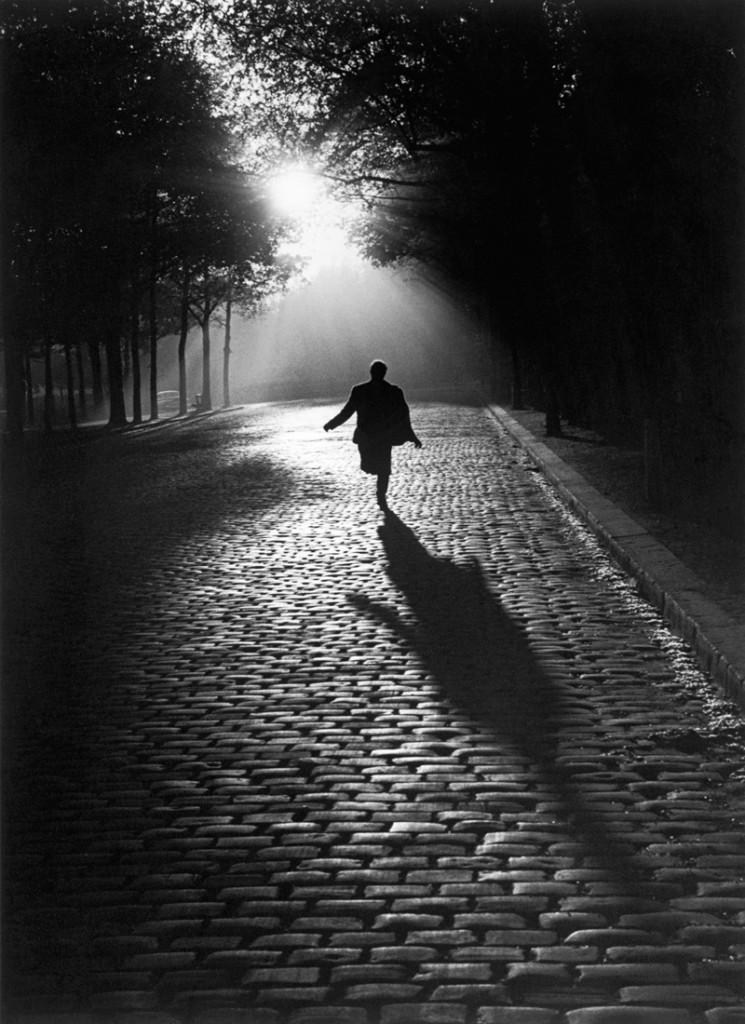 L'homme qui court, Paris 1953. Sabine Weiss © Sabine Weiss.