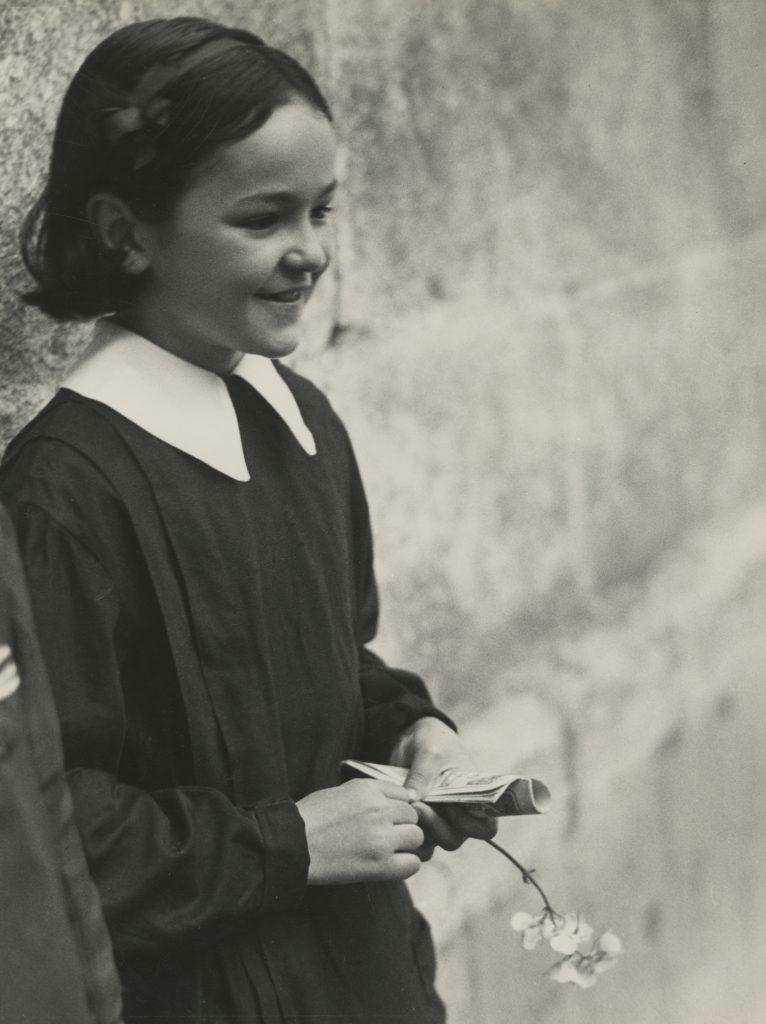 Colegiala de Marianne Breslauer, una imagen tomada en Girona en 1933 de una niña no identificada. FOTOSTIFTUNG SCHWIEZ, WINTERTUR.