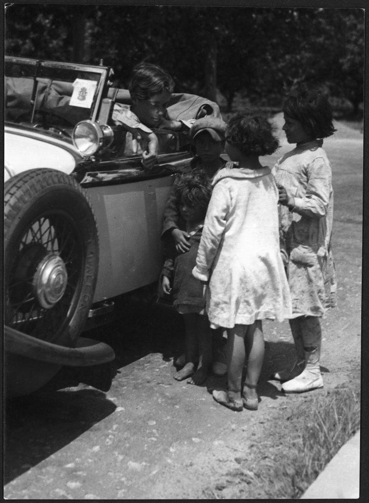 Marianne Breslauer. Sin título (Annemarie Schwarzenbach en su automóvil y unos niños gitanos), Pirineos 1933. Schweizerische Nationalbibliothek NB, Bern.
