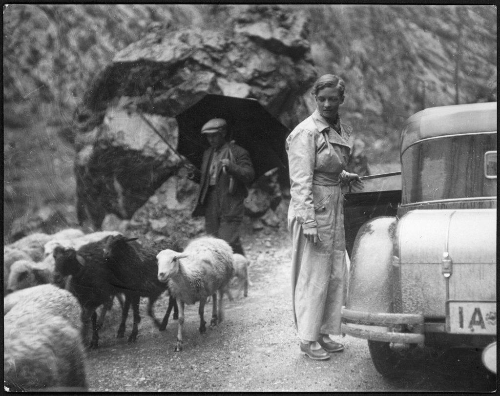 Marianne Breslauer, Sin título (Annemarie Schwarzenbach con su automóvil y un pastor), Pirineos,1933 Schweizerische Nationalbibliothek, NB, Bern.